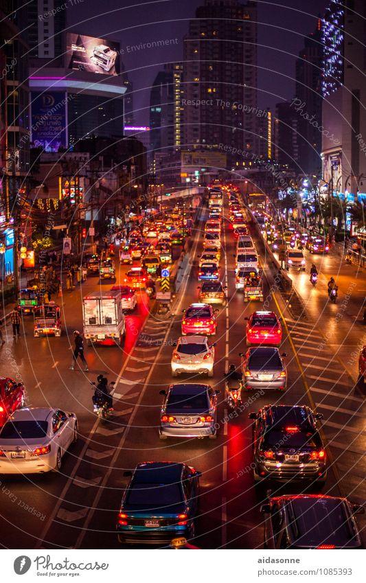 Bangkok Straße Architektur Gebäude PKW Verkehr fahren Asien Hauptstadt Stadtzentrum Fahrzeug Lastwagen Motorrad Thailand Kleinmotorrad Straßenverkehr Taxi