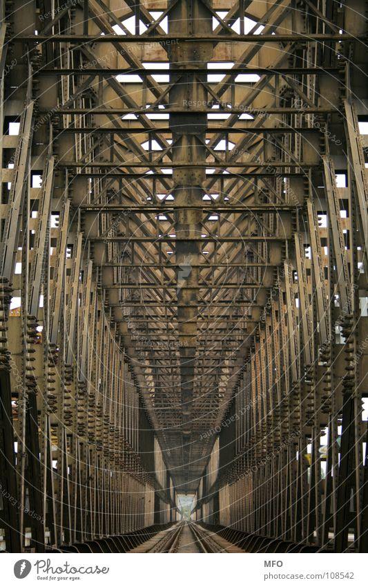 Rippen aus Eisen Stahl Eisenbahnbrücke Budapest gerade Tunnel Unendlichkeit Ferne Brücke Metall Baugerüst trist Linie