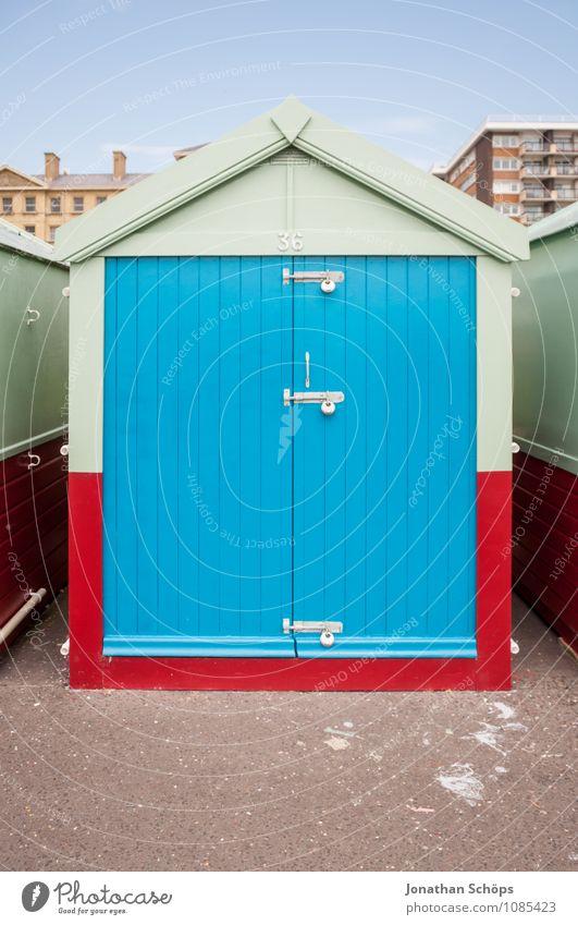 Brighton X Stadt Hafenstadt Stadtrand Hütte Tür Dach ästhetisch blau mint rot Farbe knallig Stil Strandkorb Promenade England Großbritannien Englisch typisch