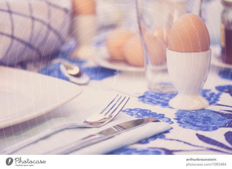 Frühstück im Freien Lebensmittel Ernährung Geschirr Teller Glas Besteck Messer Gabel Lifestyle Garten Schönes Wetter Terrasse Essen genießen Gesundheit lecker
