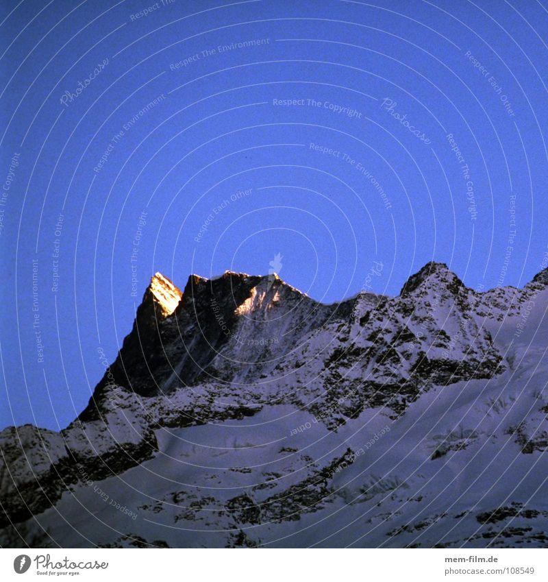 spitzlicht blau rot Winter kalt Schnee Berge u. Gebirge Felsen Frost Schweiz Klettern Alpen Gipfel Top Bergsteigen Grindelwald