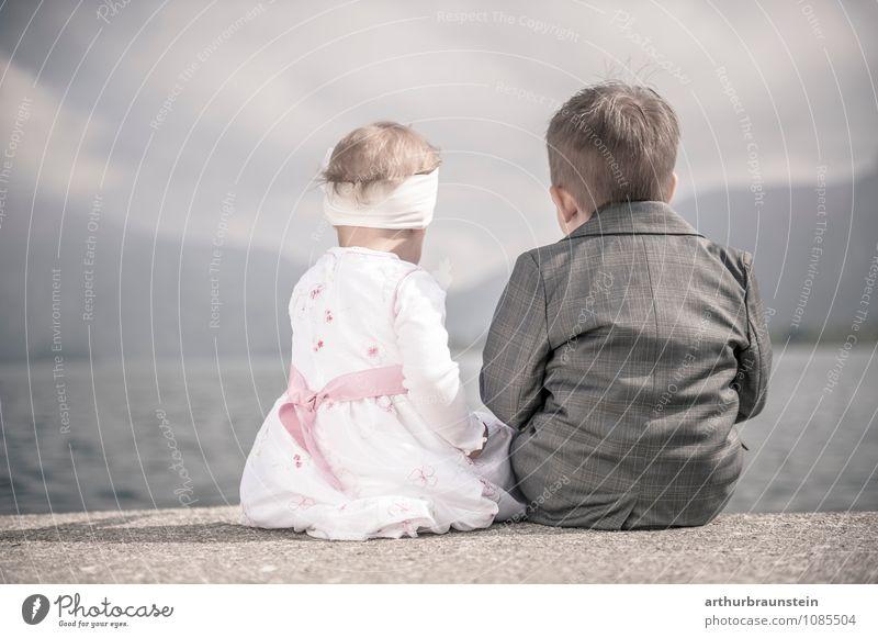 Kinder am See Mensch Himmel Natur schön Wasser Sommer Mädchen Berge u. Gebirge Frühling feminin Junge Glück rosa Familie & Verwandtschaft maskulin
