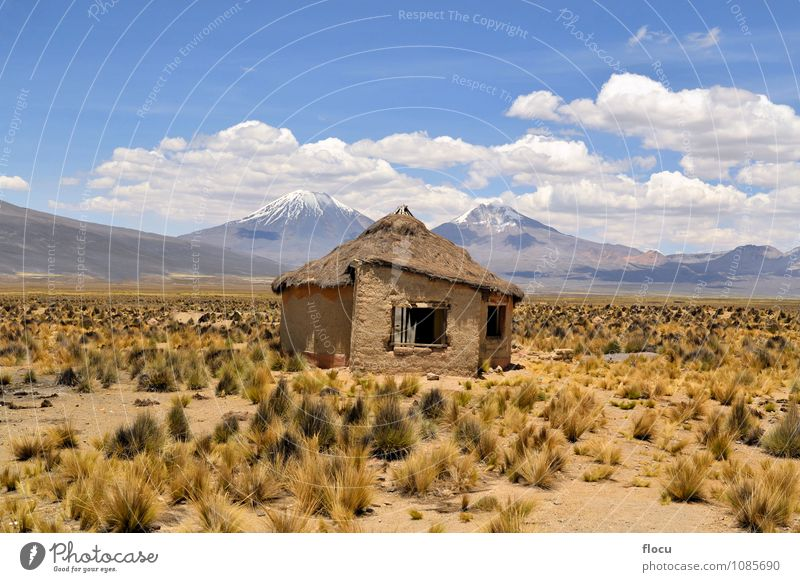 Typisches bolivianisches Haus mit Vulkanen im Nationalpark Sajama Ferien & Urlaub & Reisen Schnee Berge u. Gebirge Natur Landschaft Himmel Wolken Horizont Park