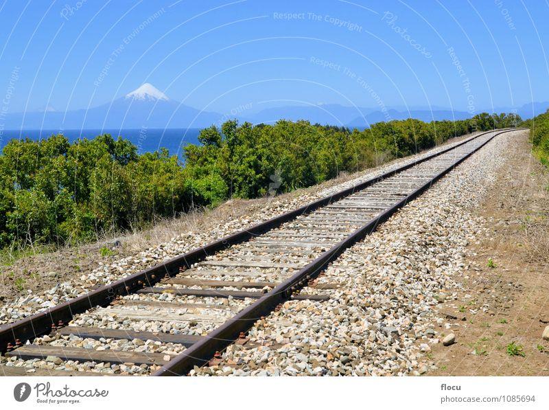 Eisenbahn vor Vulkan Osorno und See Llanquihue Himmel Natur Ferien & Urlaub & Reisen schön Sommer Sonne Berge u. Gebirge Schnee Felsen Wasserfahrzeug Park