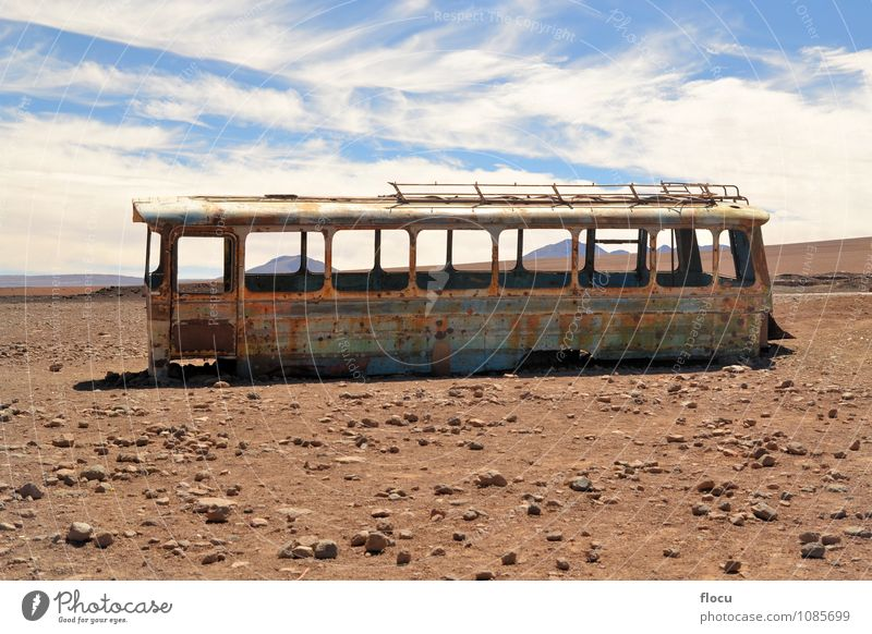 Verlassener Bus in der Wüste, Atacama, Chile, Bolivien, Bolivien Ferien & Urlaub & Reisen Landschaft Erde Himmel Verkehr Straße Fahrzeug PKW Rost alt hell