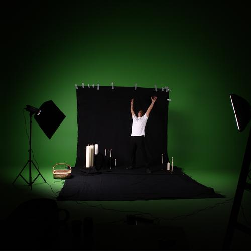 Green Screen Abuse. grün Freude schwarz Beleuchtung Fotografie Hintergrundbild Kerze Werkstatt erleuchten Humor Fotografieren Produktion Korb Stativ Fototechnik