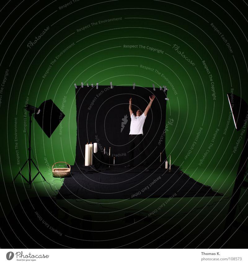 Green Screen Abuse. grün Freude schwarz Beleuchtung Fotografie Hintergrundbild Kerze Werkstatt erleuchten Humor Fotografieren Produktion Korb Stativ Fototechnik Vorbereitung