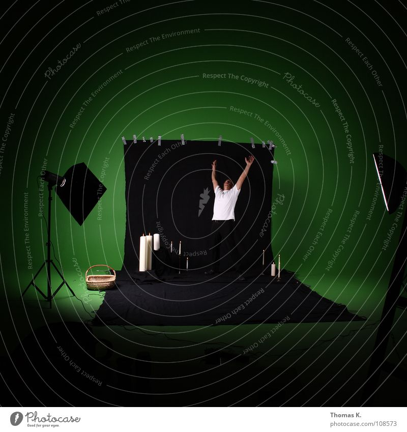 Green Screen Abuse. Werkstatt grün schwarz Kerze Fotografie Hintergrundbild Klebeband Korb Stativ erleuchten Softbox Humor Produktion Vorbereitung Fotografieren
