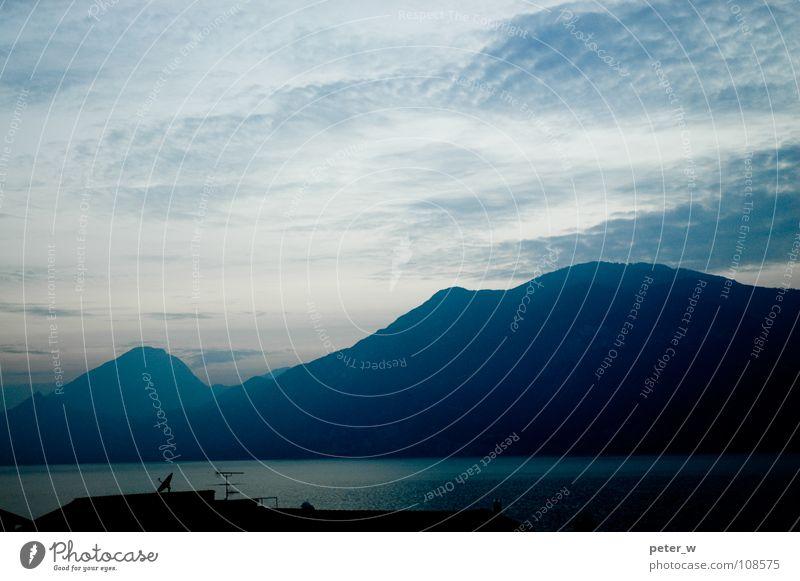 Nicht Rosa 2 Gardasee Italien Wolken See Sonnenuntergang Abenddämmerung Satellitenantenne Antenne Landschaft Gebirgssee Berge u. Gebirge Himmel Wasser blau