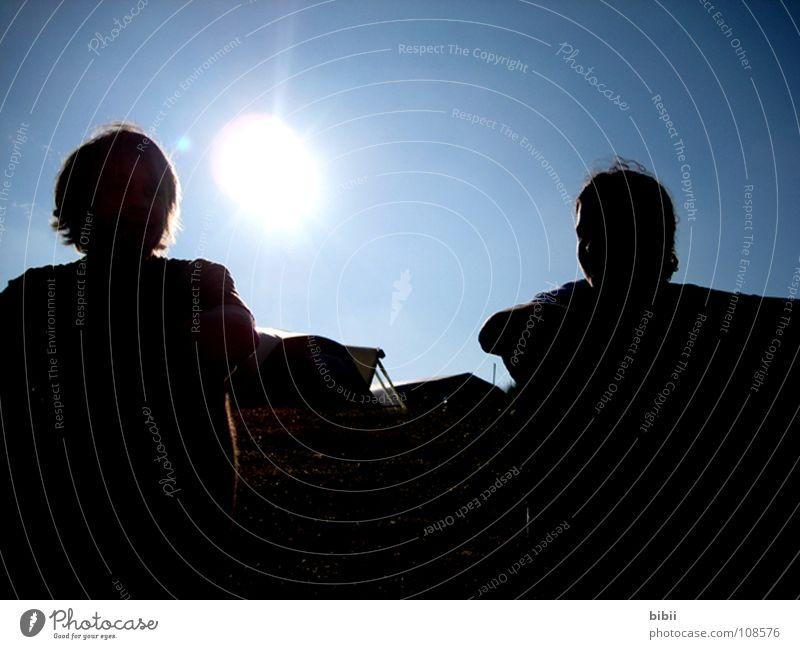 die Sonne macht's Mensch Mann Jugendliche Himmel Sonne blau Sommer ruhig dunkel Erholung lachen Beleuchtung sitzen Pause beobachten Camping