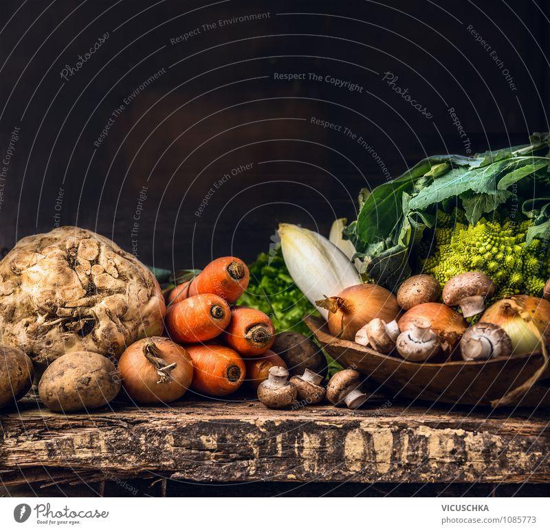 Bio Gemüse Auswahl auf rustikalem Tisch Lebensmittel Ernährung Schalen & Schüsseln Stil Design Gesunde Ernährung Sommer Garten Innenarchitektur braun gelb grün