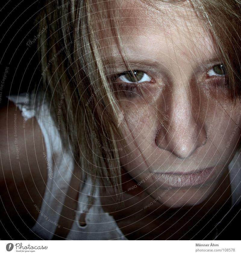 Wie es geht # 1 Frau Gesicht Auge Einsamkeit Leben dunkel Gefühle Traurigkeit Denken Angst dreckig Trauer gefährlich T-Shirt kaputt gruselig