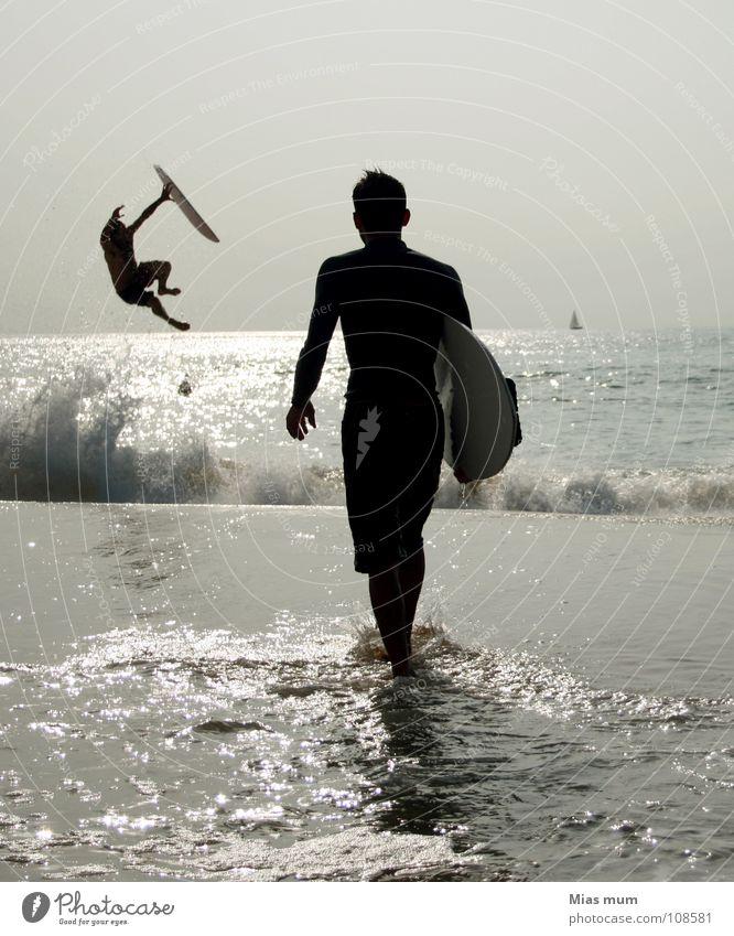 Gravity Gegenlicht schwarz Strand Meer Wellen Frankreich Surfer Sommer Atlantik springen Spray Nachmittag Aktion Freizeit & Hobby Gefühle Sport Spielen Wasser