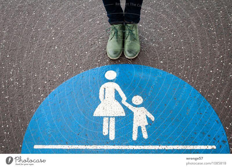Einzelgänger Mensch Frau Stadt blau grün weiß schwarz Erwachsene feminin Wege & Pfade Beine Fuß Schilder & Markierungen stehen Schuhe warten