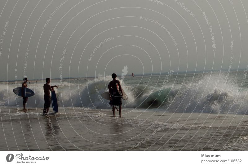 ...the right moment? Gegenlicht schwarz Strand Meer Wellen Frankreich Surfer Sommer Atlantik springen Spray Nachmittag Aktion Freizeit & Hobby Gefühle Sport