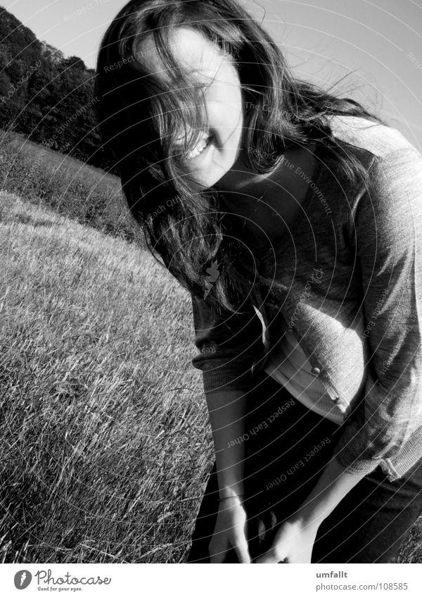 Such mich Herbst grau brünett braun Lebensfreude Gras genießen Suche Wiese Fröhlichkeit Frau Wind Schwerelosigkeit Knöpfe Halm Freude Schwarzweißfoto lachen