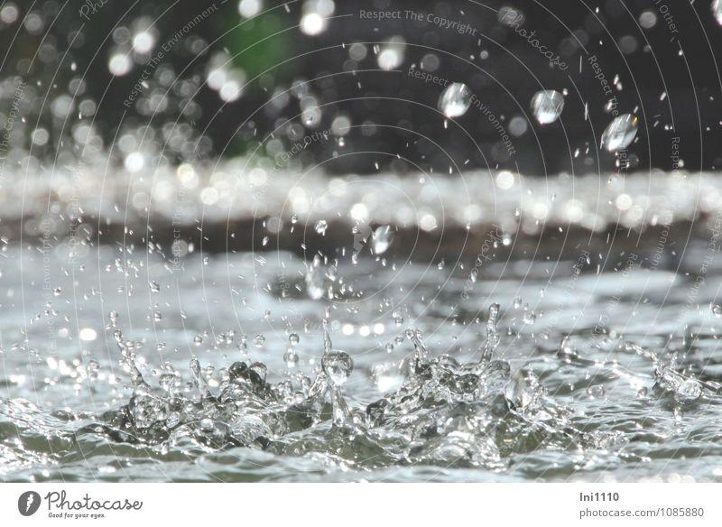 Brunnen Wasser Wassertropfen Sonnenlicht Sommer Garten Park Stein beobachten glänzend Blick Flüssigkeit Gesundheit kalt nass Sauberkeit blau grau grün schwarz