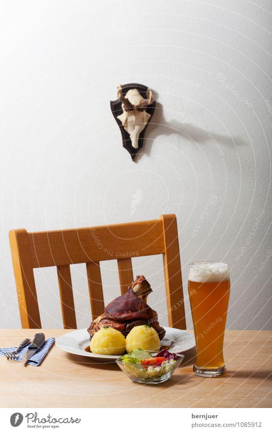 Bayernidylle Wand Lebensmittel Tisch Getränk Stuhl Gemüse gut Bier Geschirr Teller Fleisch Abendessen Horn Salat Salatbeilage Besteck