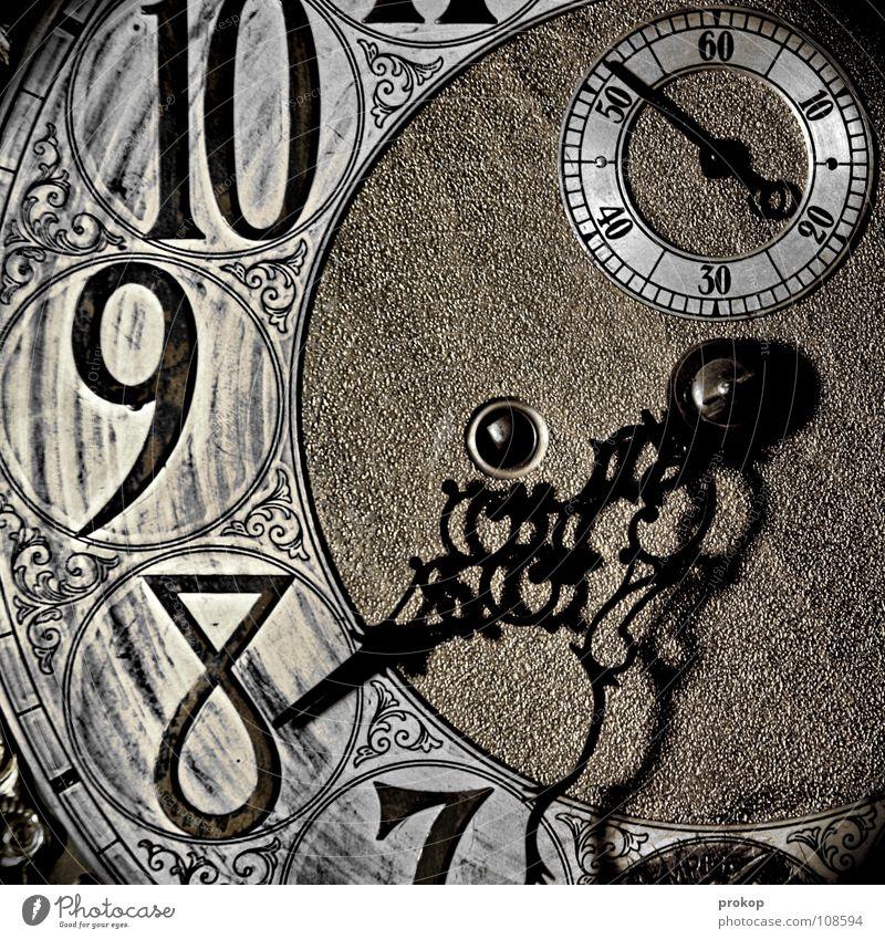 Im Kreis... alt Metall Zeit glänzend warten Uhr Schriftzeichen rund Vergänglichkeit Ziffern & Zahlen Zeichen Zifferblatt Reichtum antik Eile Uhrwerk
