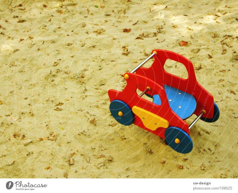 no.vamos.a.comer.el.coche Spielzeug Sandkasten Sandspielzeug Dinge mehrfarbig gelb rot Spuren Dackel Spielen Detailaufnahme Freude PKW buddelkasten kiddies