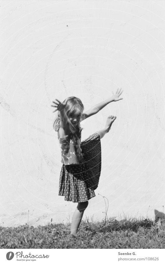 raumgreifend Kind Mädchen Freude Wiese Mauer Zufriedenheit Tanzen Raum Arme Elektrizität Verkehrswege Balletttänzer Turnen Tänzer