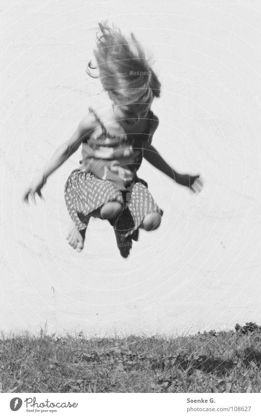 Jump Kind Mädchen springen Mauer Wiese Spielen träumen Hippie toben Freude Schwarzweißfoto Haare & Frisuren hoch Schatten kleines kind tagträumen