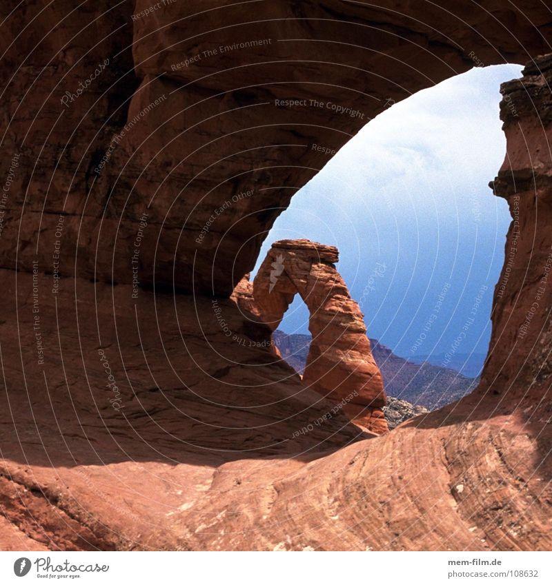 steter tropfen Berge u. Gebirge Stein USA außergewöhnlich Wahrzeichen Abenddämmerung Felsbogen Durchblick Kulisse Sehenswürdigkeit Nationalpark beeindruckend