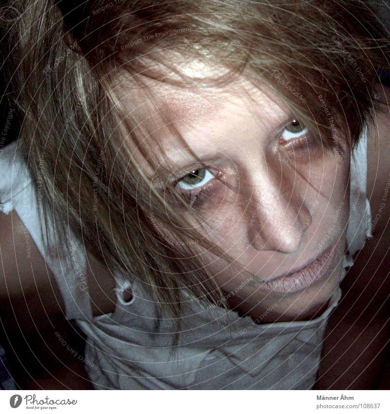 Sie kommen... Frau Gesicht Auge Einsamkeit Leben dunkel Gefühle Traurigkeit Denken Angst dreckig Trauer gefährlich T-Shirt kaputt gruselig