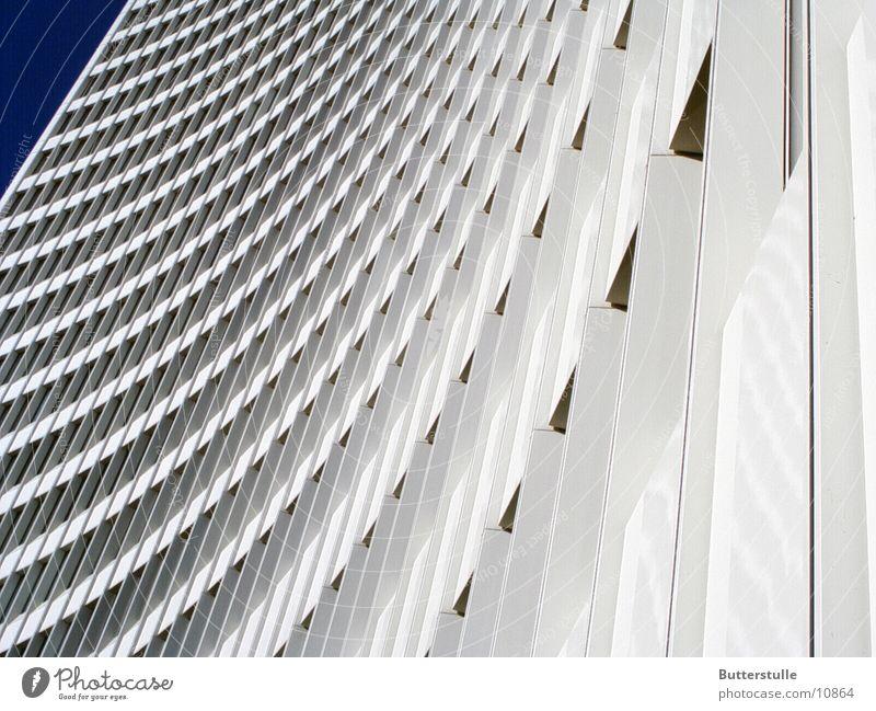 Nochimmer  Haushoch Hochhaus weiß Architektur Perspektive Verzerrung