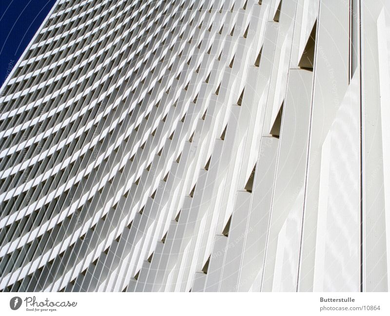 Nochimmer  Haushoch weiß Architektur Hochhaus Perspektive Verzerrung