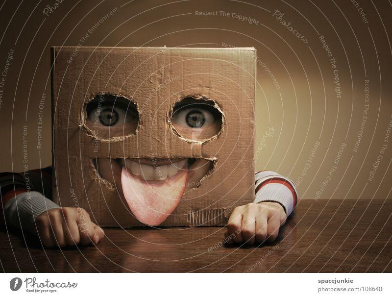 Quadratschädel at home Mann Hand Freude Gesicht Wand Holz Arme Papier Tisch Maske verstecken skurril Karton Freak Zunge
