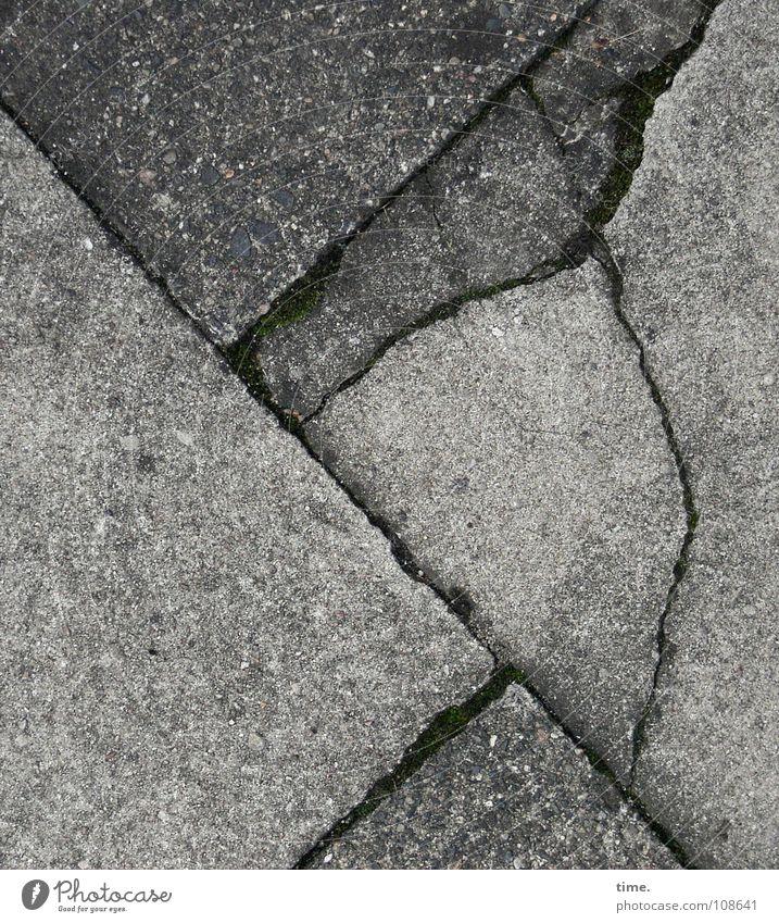 Beladene Frau mit Hutnetz grau Beton Ecke kaputt Bodenbelag Bürgersteig Verkehrswege Riss Spalte Rätsel Bodenplatten Bild-im-Bild