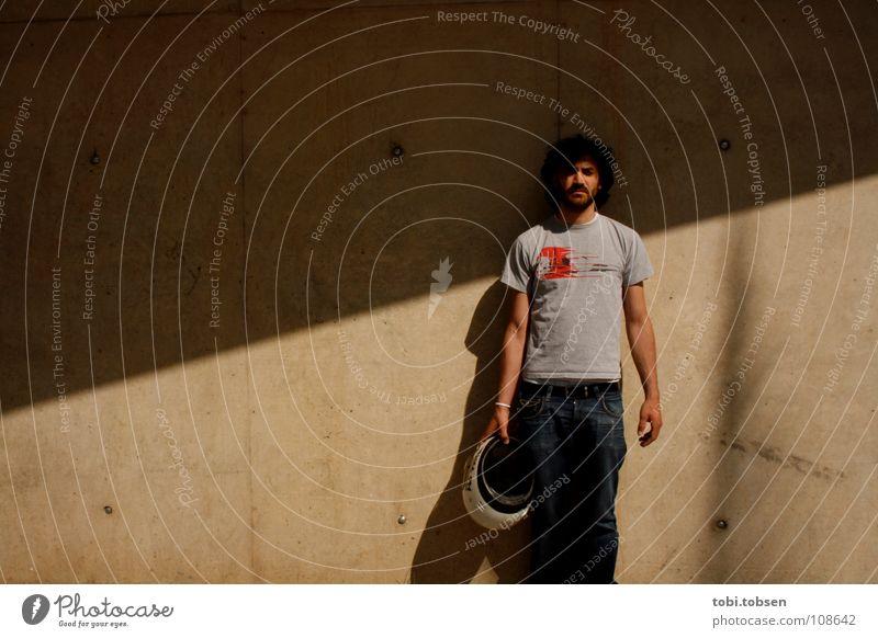 /// be cool Mann Sommer Erholung kalt Wand warten Beton Coolness Pause T-Shirt Jeanshose heiß Langeweile beweglich lässig Helm