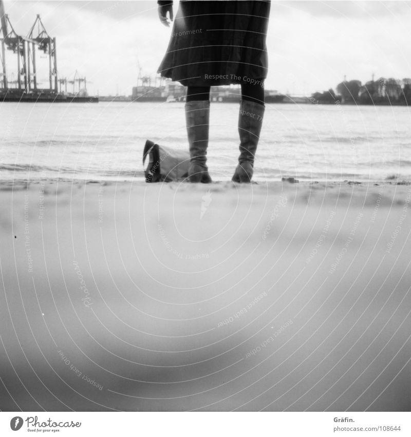 Warten Auslöser Strand Mittelformat Stiefel Frau Tasche Kran Wellen Gezeiten Ebbe Brandung Verdrängung Sehnsucht Hand Unschärfe Schwarzweißfoto Wasser Fluss