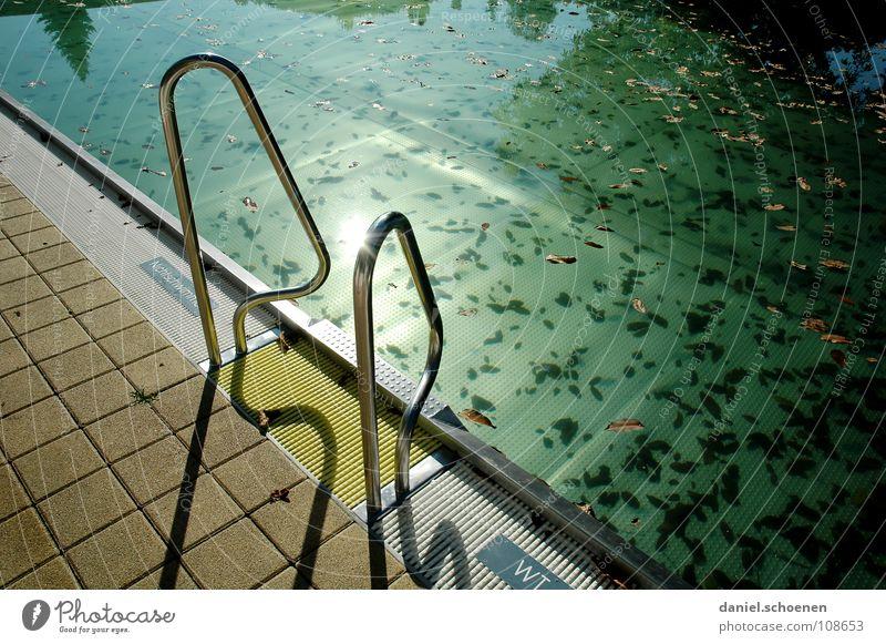neulich im Freibad 5 Wasser grün blau Blatt Herbst Tod Stimmung dreckig Hintergrundbild leer Treppe Schwimmbad Ende Vergänglichkeit Klarheit