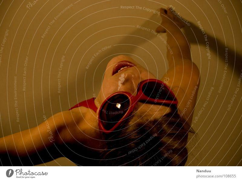 Spiderman war gestern Klettern Bergsteigen Erfolg Mensch Frau Erwachsene Kunst Kultur Wärme Sonnenbrille Spinne fliegen gut rot Mut Bösewicht böse Gegner Insekt