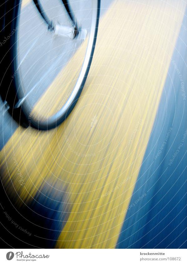 Nur Genießer fahren Fahrrad blau gelb Straße Linie Schilder & Markierungen Verkehr Geschwindigkeit Bodenbelag Asphalt Dynamik Fahrradfahren Speichen