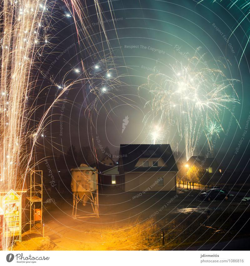 Silvester Feste & Feiern Silvester u. Neujahr Dorf Kleinstadt Stadt Haus Einfamilienhaus Gebäude Architektur Freizeit & Hobby Freude Feuerwerk Rakete Böller