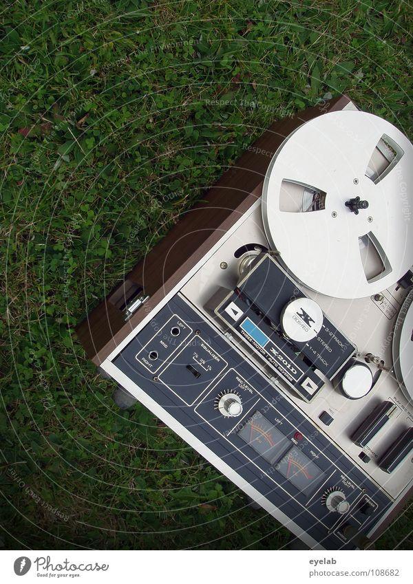 Gewickelter Bandsalat auf Gemüsebett passieren Sommer Tonband grün Gras Regler stereo mono stoppen Klang hören Wiese Grünfläche Radarstation Freude
