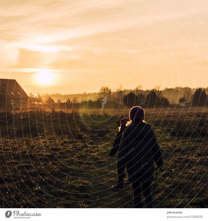 Spaziergang am Abend Mensch Himmel Kind Natur Ferien & Urlaub & Reisen Sonne Erholung Landschaft Freude Haus Umwelt Leben Wiese feminin Gras Glück