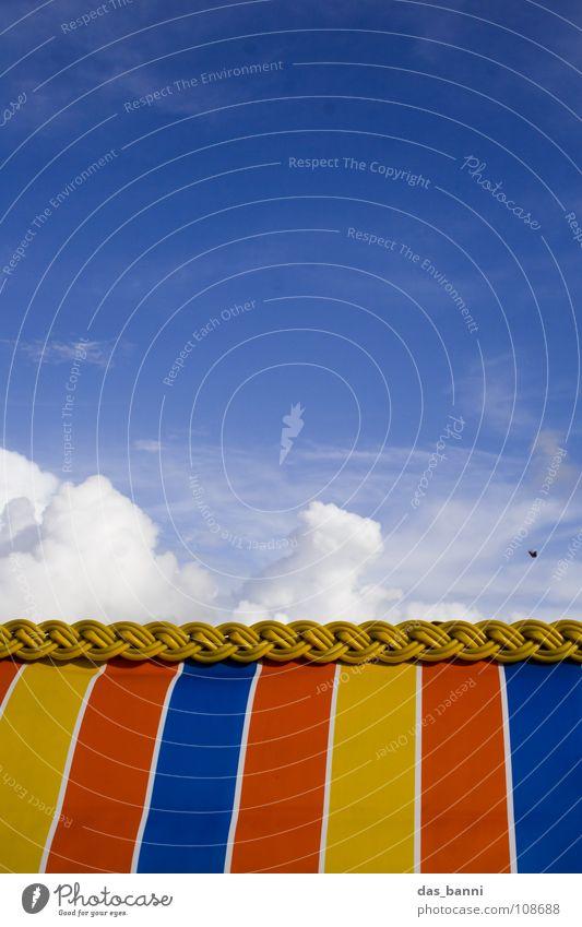Strandgeschichten Wolken Zuckerwatte weiß rot gelb gestreift Strandkorb Meer Ferien & Urlaub & Reisen Sommer Physik kalt abstrakt Bildaufbau geschnitten