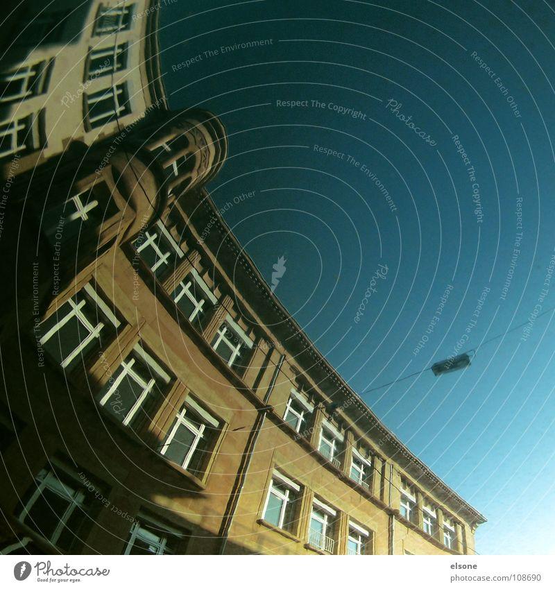 ::DLROW EHT PU GNIYTTERP:: Himmel blau Stadt Haus Straße Wege & Pfade Metall verrückt Perspektive Elektrizität KFZ rund Sauberkeit Spiegel Laterne