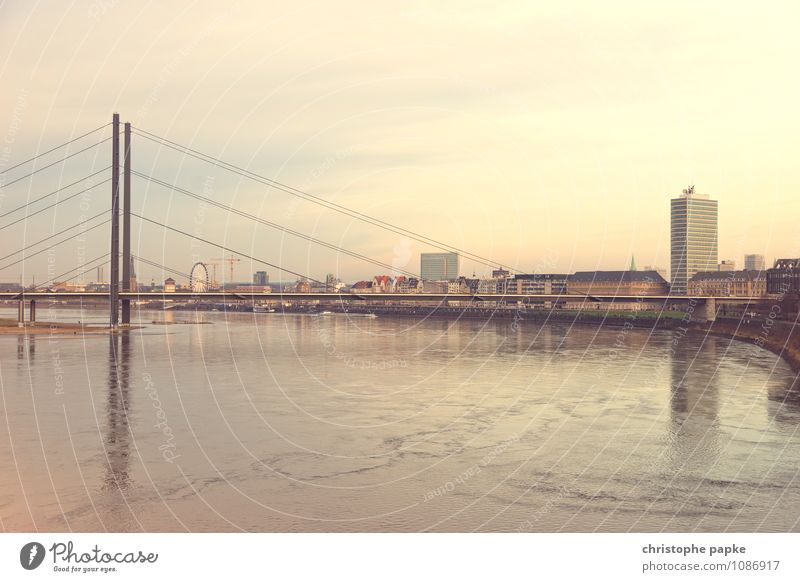 Die Nummer eins am Rhein sind wir Stadt Deutschland Hochhaus Europa Schönes Wetter Brücke Fluss Skyline Hauptstadt Stadtzentrum Altstadt Städtereise Düsseldorf