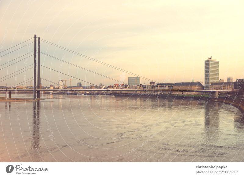 Die Nummer eins am Rhein sind wir Städtereise Schönes Wetter Fluss Düsseldorf Deutschland Europa Stadt Hauptstadt Stadtzentrum Altstadt Skyline Hochhaus Brücke