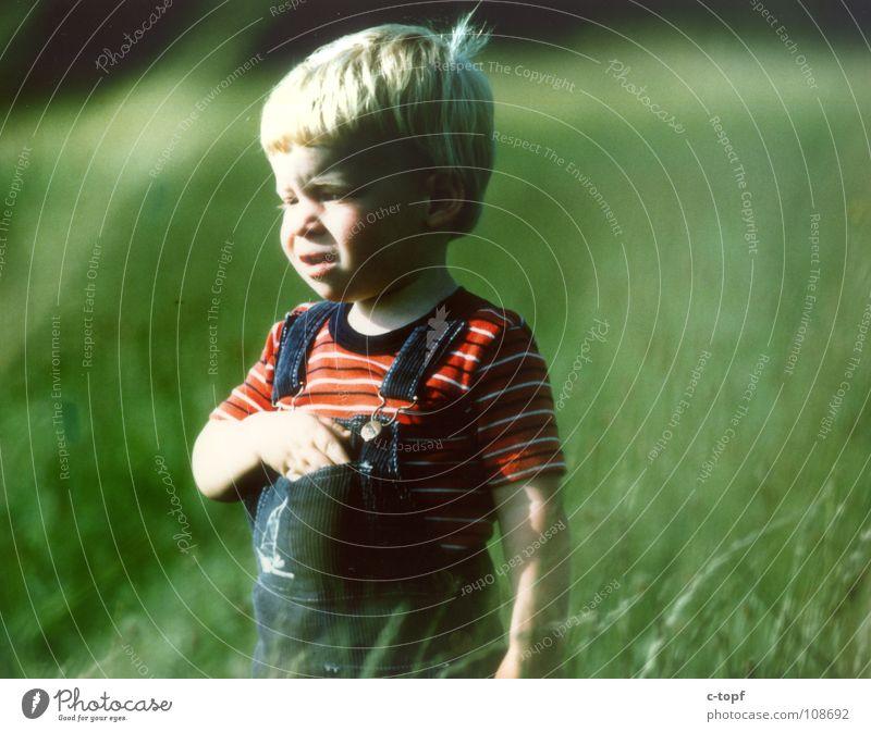 Kind auf grüner Wiese Kleinkind