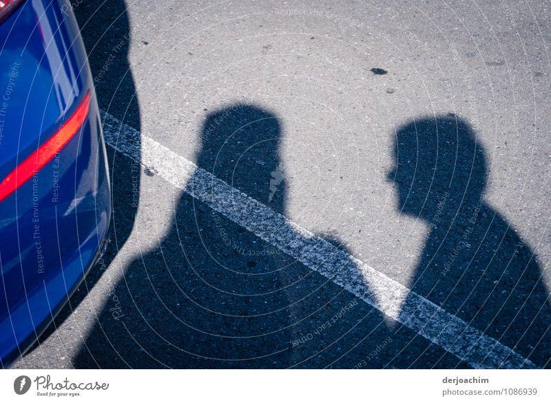 Begegnung Mensch blau Sommer ruhig Freude Erwachsene Senior natürlich sprechen Stein Linie Zusammensein Freundschaft maskulin PKW Körper