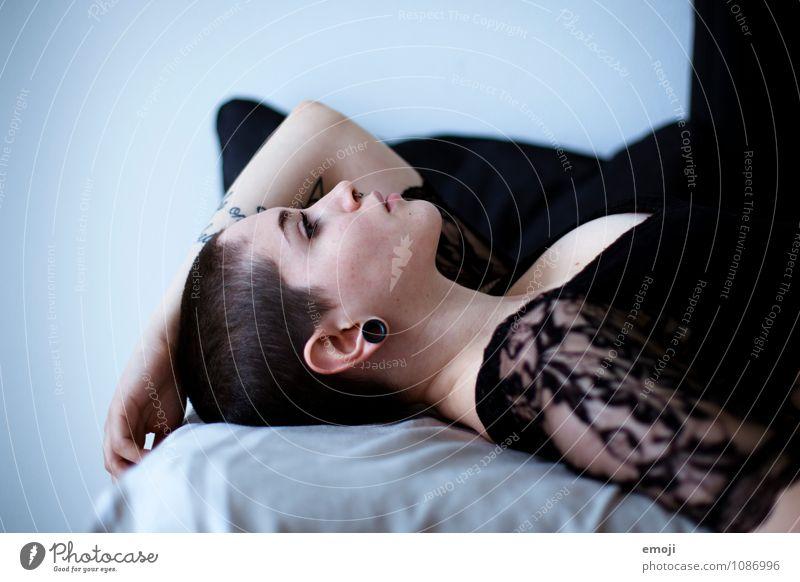 black lace feminin androgyn Junge Frau Jugendliche 1 Mensch 18-30 Jahre Erwachsene kurzhaarig trendy schön einzigartig liegen Farbfoto Innenaufnahme Tag