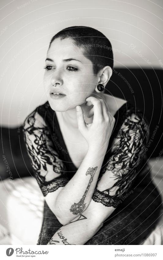 key feminin androgyn Junge Frau Jugendliche 1 Mensch 18-30 Jahre Erwachsene kurzhaarig Glatze außergewöhnlich schön einzigartig Tattoo Piercing Körperkunst