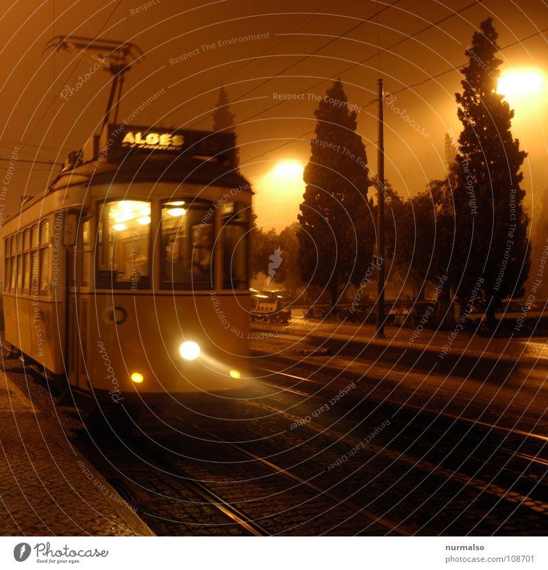 Nacht und Nebel Straßenbahn London Lissabon Kleinbahn unheimlich elektrisch Herbst gruselig Licht Gleise Gelbe Stimmung Bewegung Abend Morgen Angst