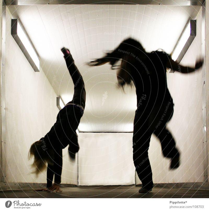 FreAkS =) dunkel Tunnel Licht Freak verrückt hüpfen springen Radschlagen auf dem Kopf Aggression Abend Nacht Aktion 2 Wut Freude Bewegung in action laufen